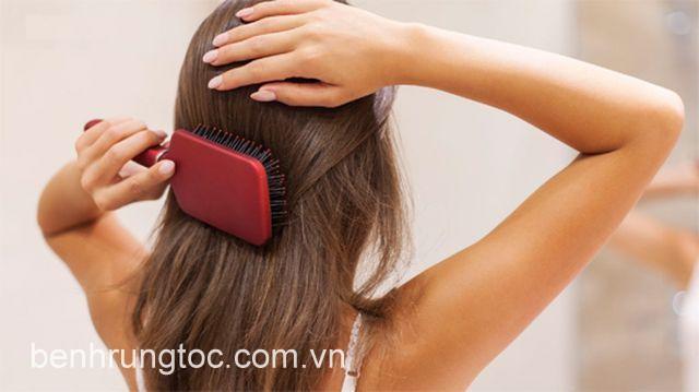 Chải đầu sai cách khiến tóc chẻ ngọn