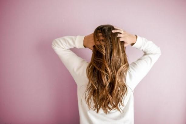 Da đầu nhờn do mất cân bằng nội tiết tố