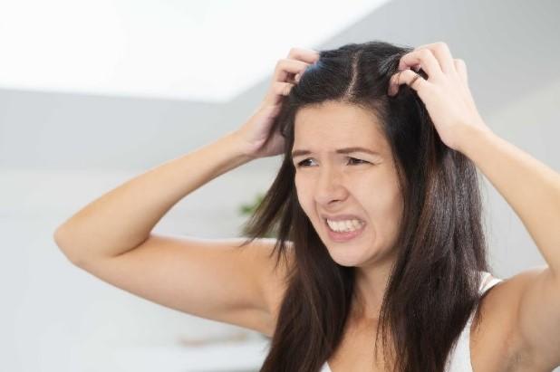 da đầu nhờn tóc bết phải làm sao