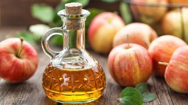 trị tóc dầu bết dính bằng giấm táo