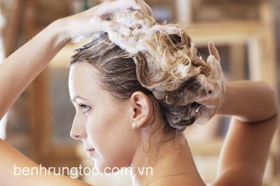 vò mạnh tóc khi gội đầu khiến tóc chẻ ngọn