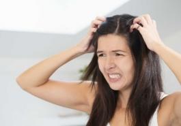 Da đầu nhờn tóc bết phải làm sao?