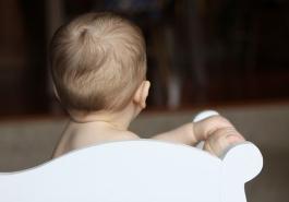 Trẻ sơ sinh rụng tóc sau gáy có phải do thiếu chất?