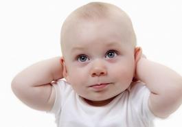 Bé 1 tháng tuổi bị rụng tóc ở trán, liệu có bị hói không?